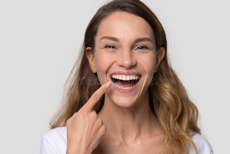 Jeune femme heureuse avec le sourire parfait regardant la caméra images libres de droits