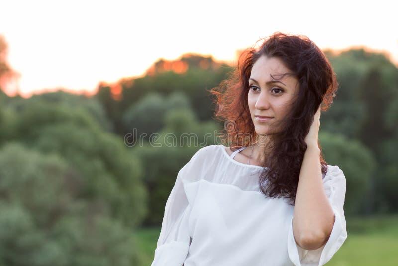 Jeune femme heureuse avec les cheveux noirs à dehors image libre de droits