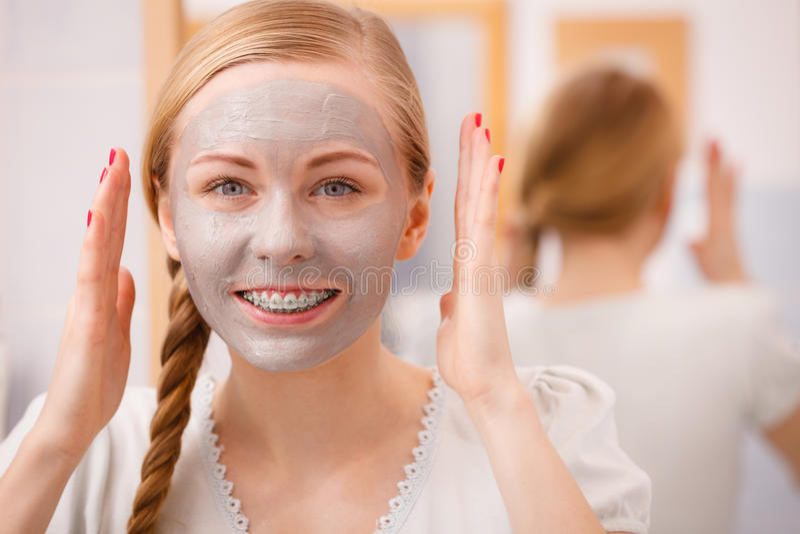 Jeune femme heureuse ayant le masque de boue sur le visage images libres de droits