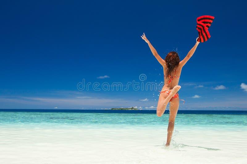 Jeune femme heureuse branchant sur la plage Style de vie heureux photo stock