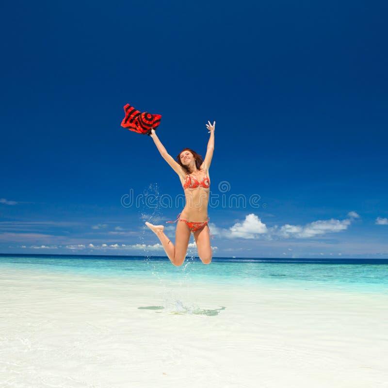 Jeune femme heureuse branchant sur la plage Style de vie heureux Sable blanc, ciel bleu et mer de cristal de plage tropicale images stock