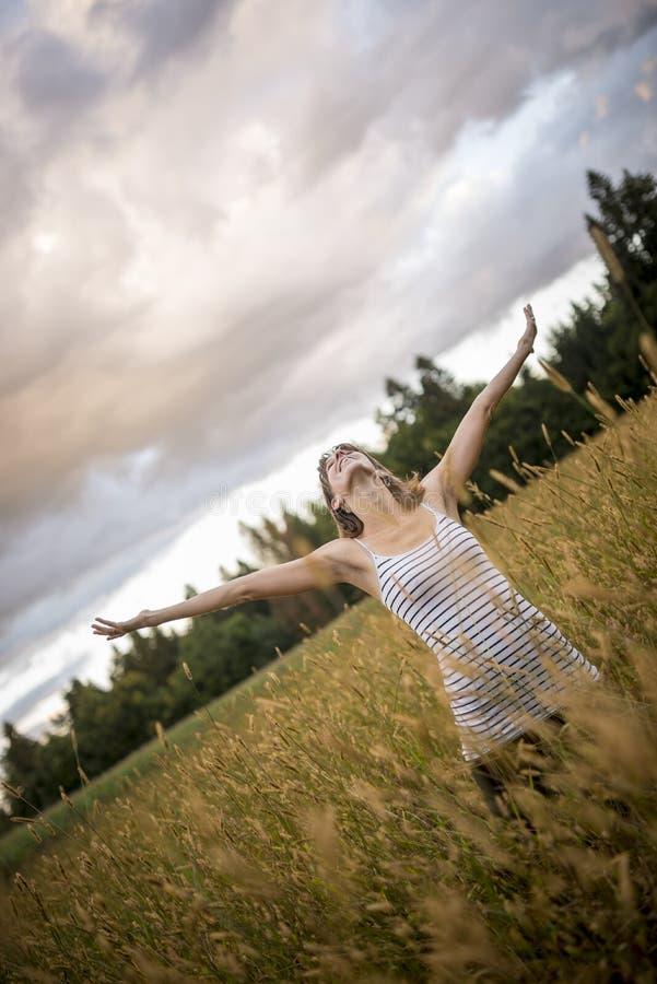 Jeune femme heureuse célébrant une belle vie photo stock