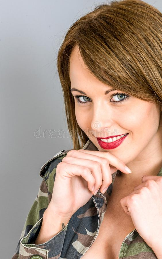 Jeune femme heureuse d?contract?e regardant le sourire de cam?ra photo stock