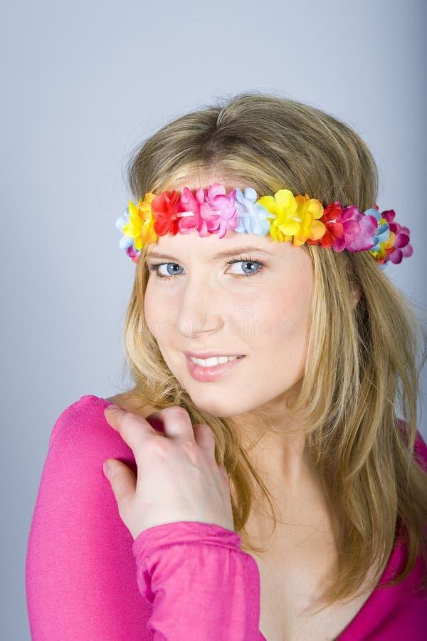 Jeune femme heureuse d'été avec la bande drôle de fleur photos stock