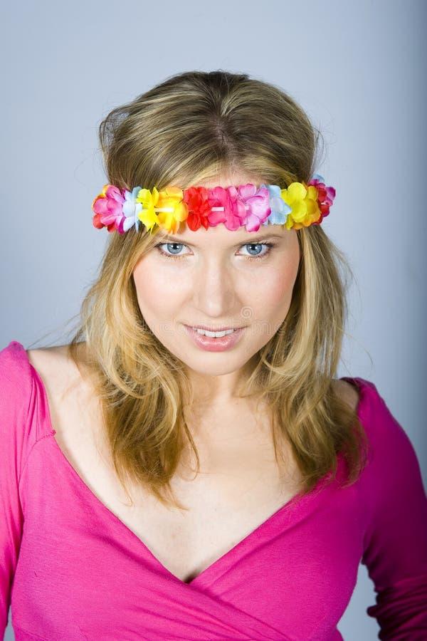 Jeune femme heureuse d'été avec la bande drôle de fleur images libres de droits