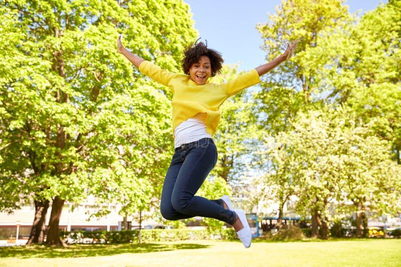 Jeune femme heureuse d'afro-américain en parc d'été photos libres de droits