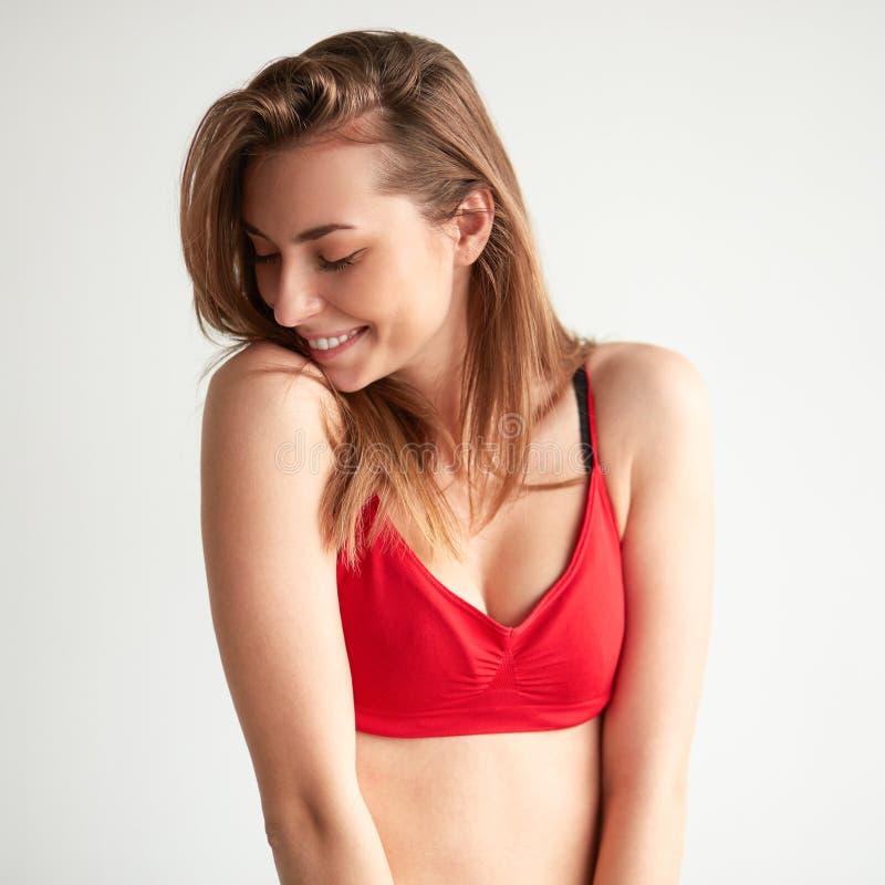 Jeune femme heureuse D'isolement sur le fond blanc photographie stock libre de droits