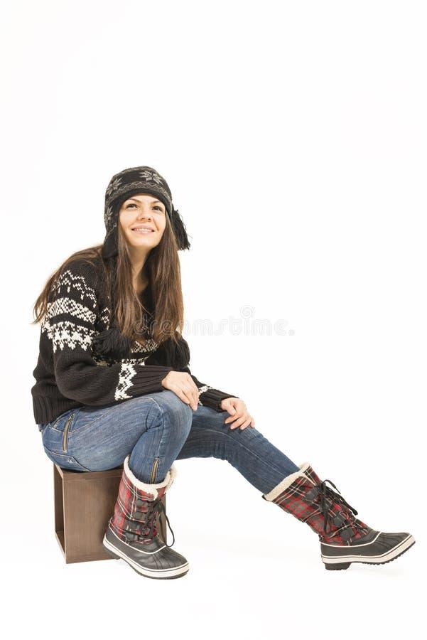 Jeune femme heureuse dans des vêtements d'hiver images stock