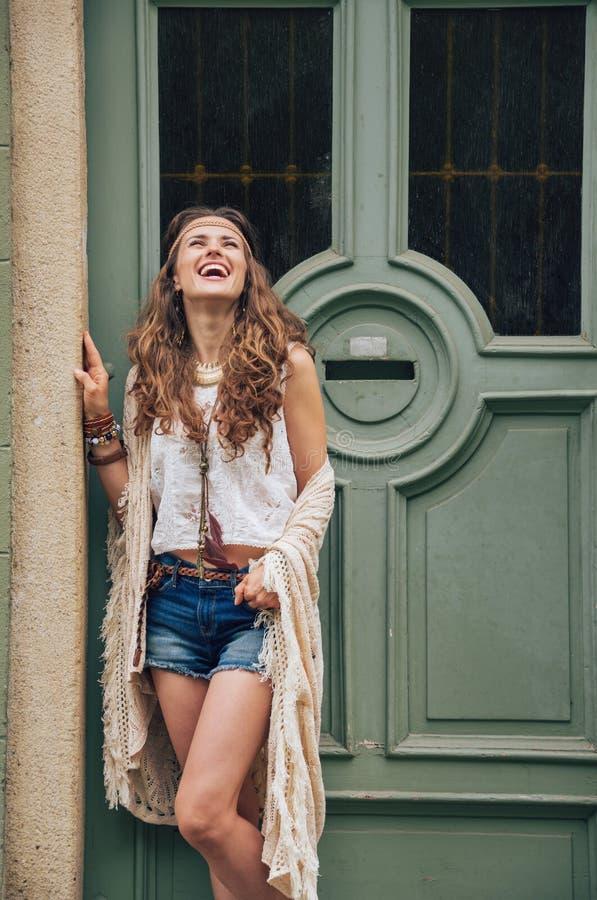 Jeune femme heureuse dans des vêtements de boho se tenant dehors images libres de droits