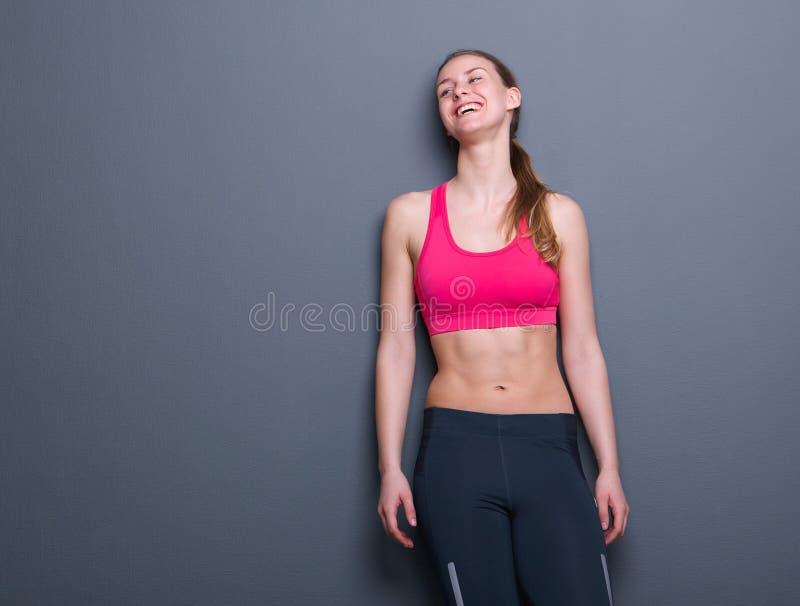 Jeune femme heureuse dans l'habillement de sports images libres de droits