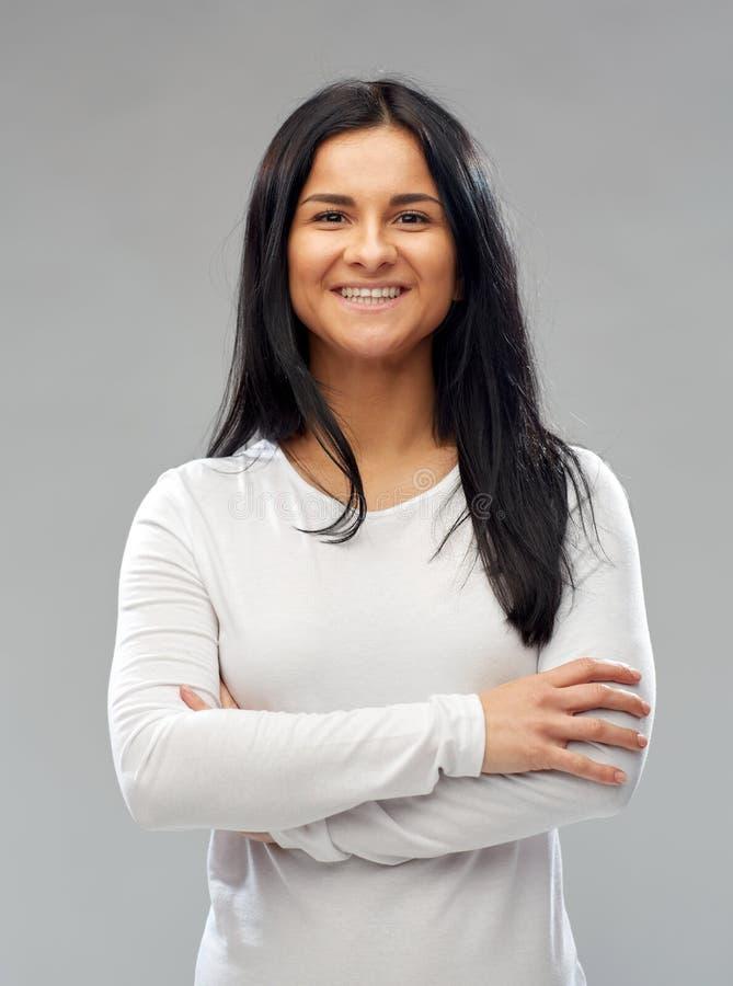 Jeune femme heureuse dans la chemise blanche photo libre de droits