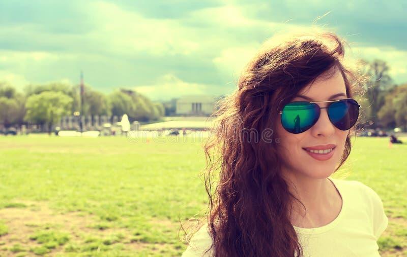 Jeune femme heureuse dans le Washington DC du centre un jour ensoleillé d'été de ressort image libre de droits