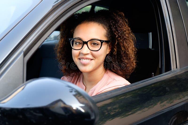 Jeune femme heureuse dans sa nouvelle voiture photographie stock