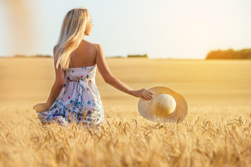 Jeune femme heureuse dans un domaine de blé image libre de droits