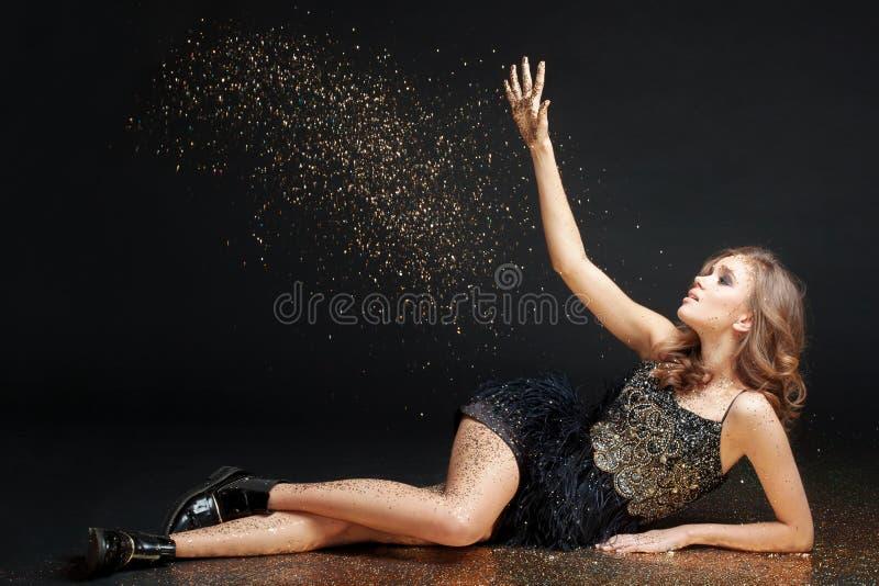Jeune femme heureuse dans une robe de soirée célébrant la nouvelle année images libres de droits