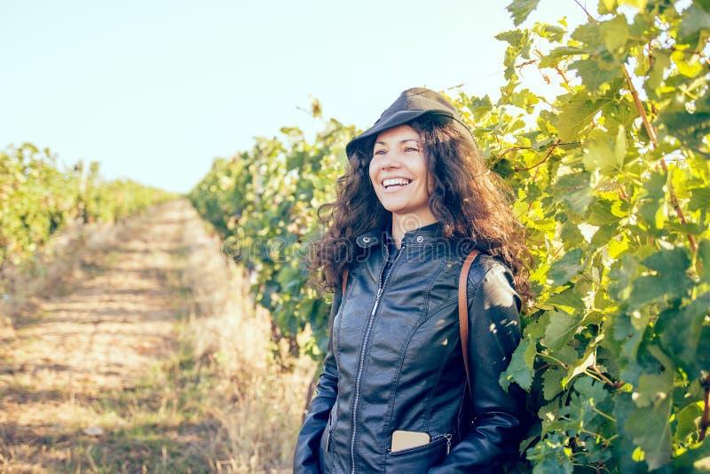 Jeune femme heureuse de brune dehors photo libre de droits