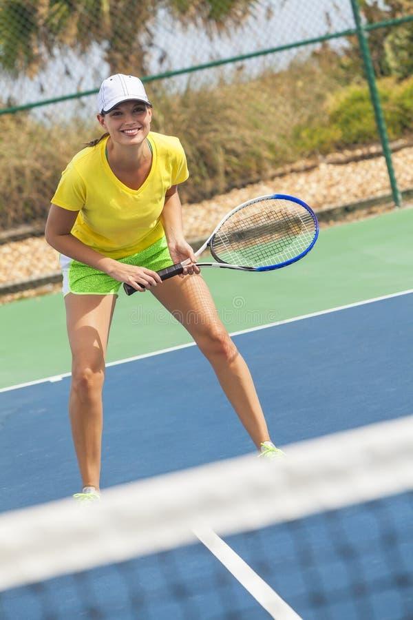 Jeune femme heureuse de fille jouant le tennis image libre de droits