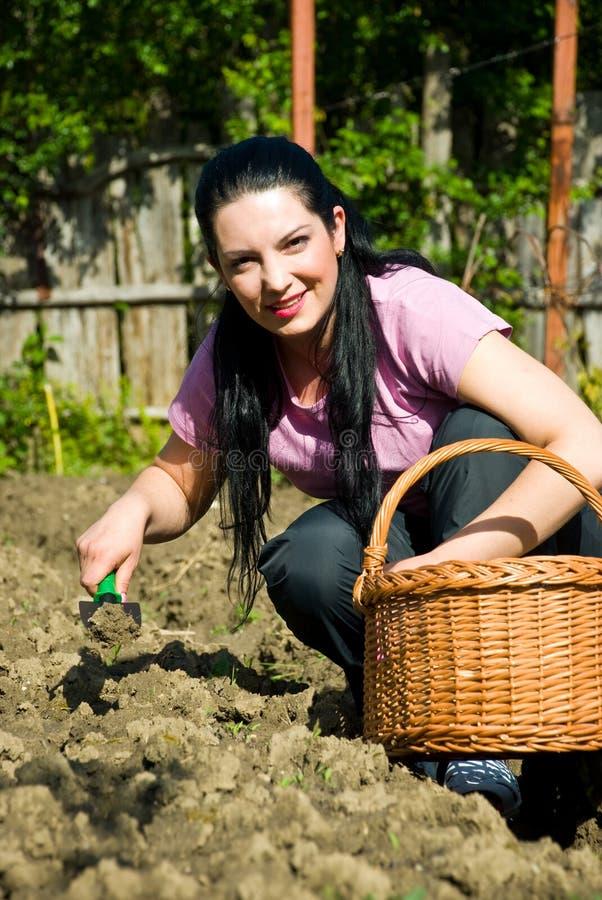 Jeune femme heureuse de jardinier photo stock