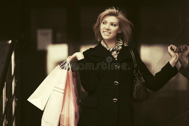 Jeune femme heureuse de mode avec des paniers photographie stock libre de droits