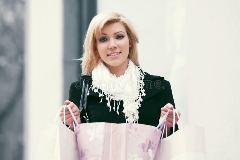 Jeune femme heureuse de mode avec des paniers images libres de droits