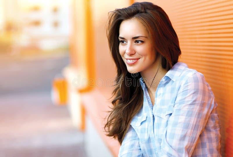 Jeune femme heureuse de portrait de mode de vie jolie dehors photo libre de droits