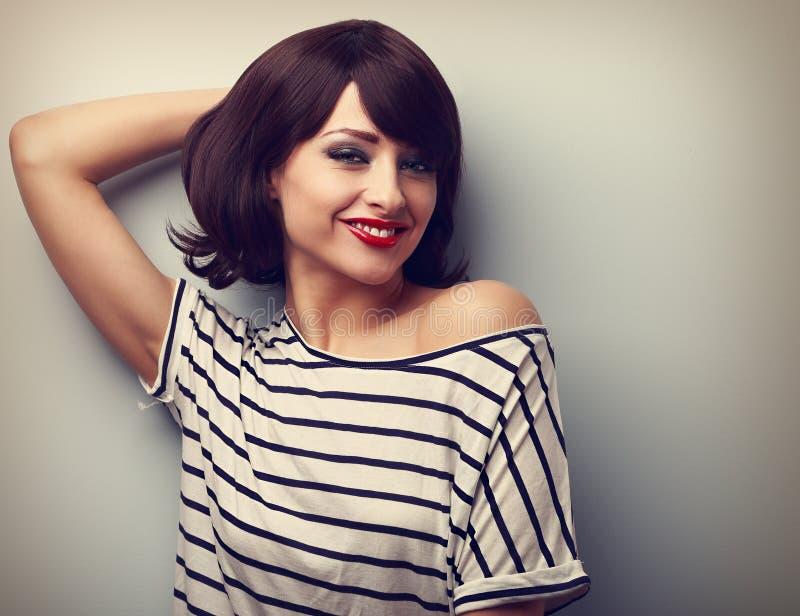 Jeune femme heureuse de sourire dans la détente de tenue décontractée Port de vintage photos libres de droits