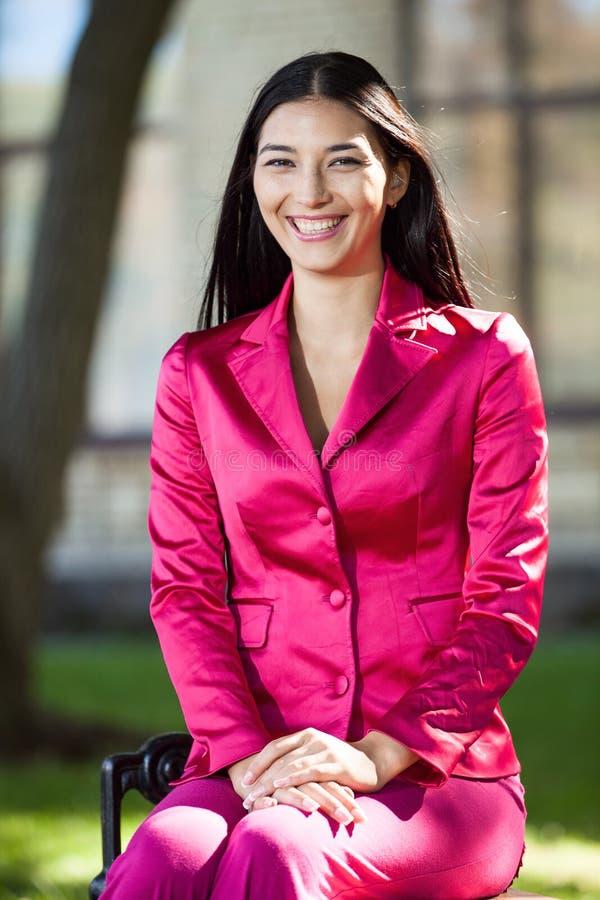 Jeune femme heureuse dehors photographie stock libre de droits