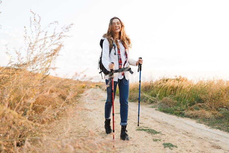 Jeune femme heureuse dehors dans le camping alternatif libre de vacances photos stock