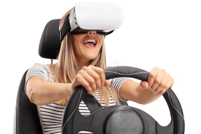 Jeune femme heureuse employant un casque et l'entraînement de VR photo stock