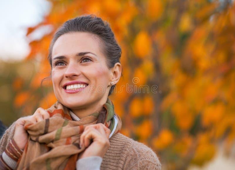 Jeune femme heureuse en automne dehors dans la soirée photo libre de droits