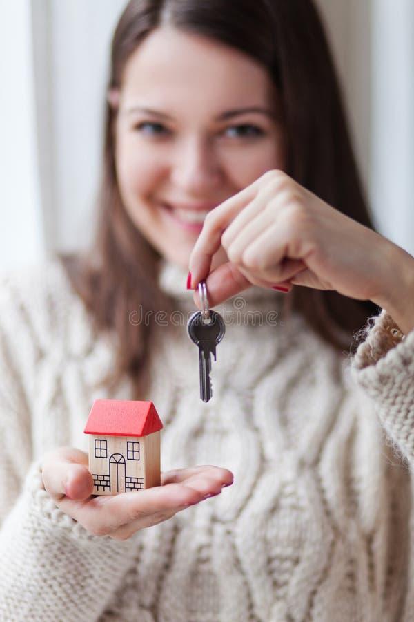 Jeune femme heureuse entrant dans une nouvelle maison image stock