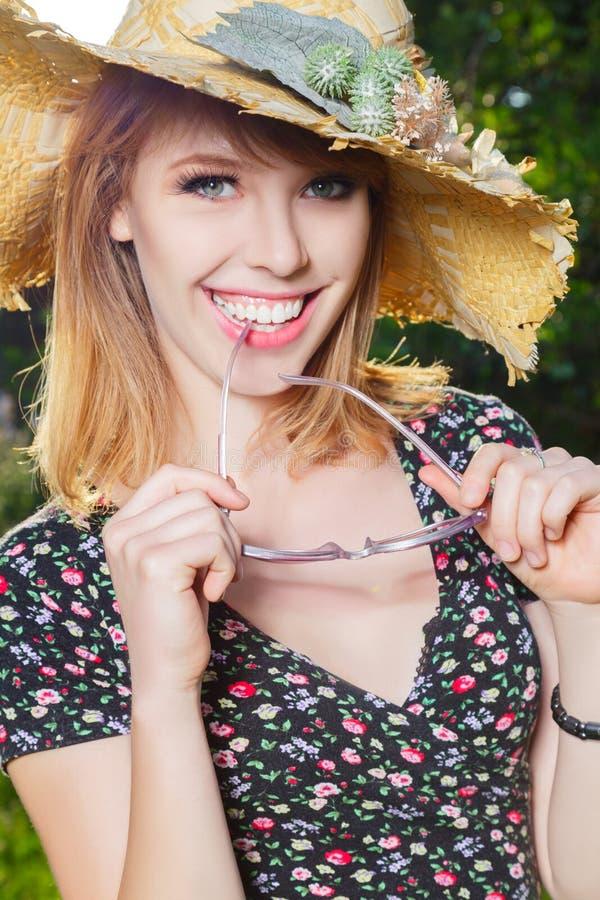 Jeune femme heureuse extérieure photos libres de droits