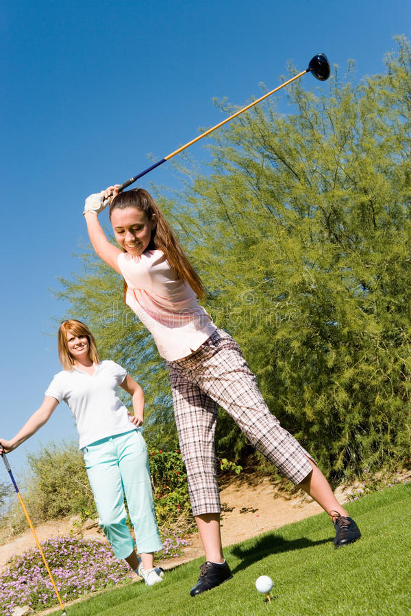 Jeune femme heureuse jouant au golf photo libre de droits