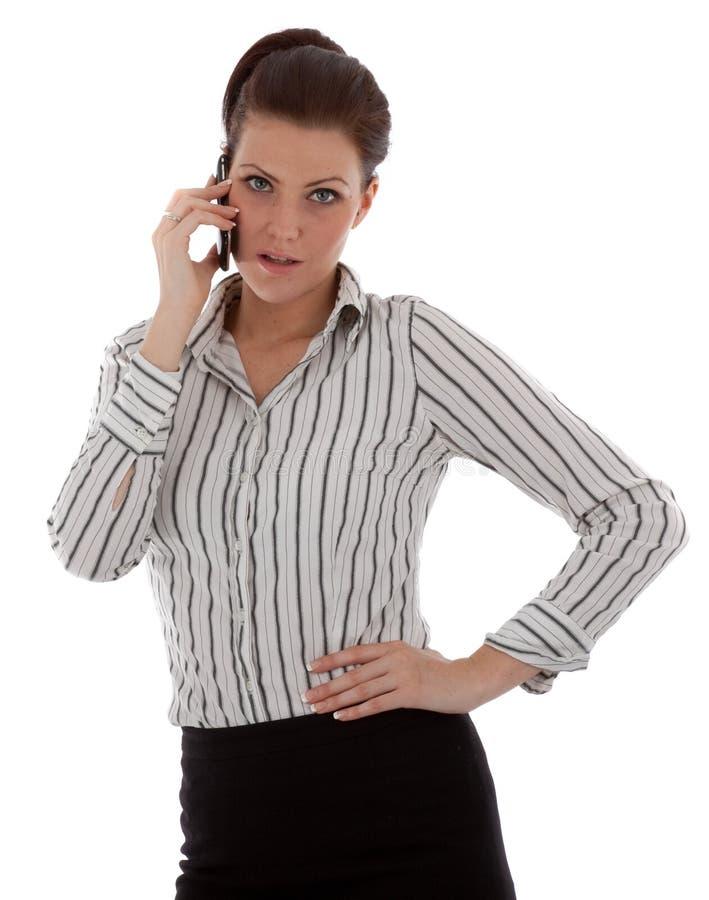 Jeune femme heureuse parlant sur le téléphone portable images stock