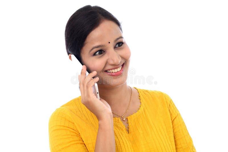 Jeune femme heureuse parlant sur le téléphone portable image stock