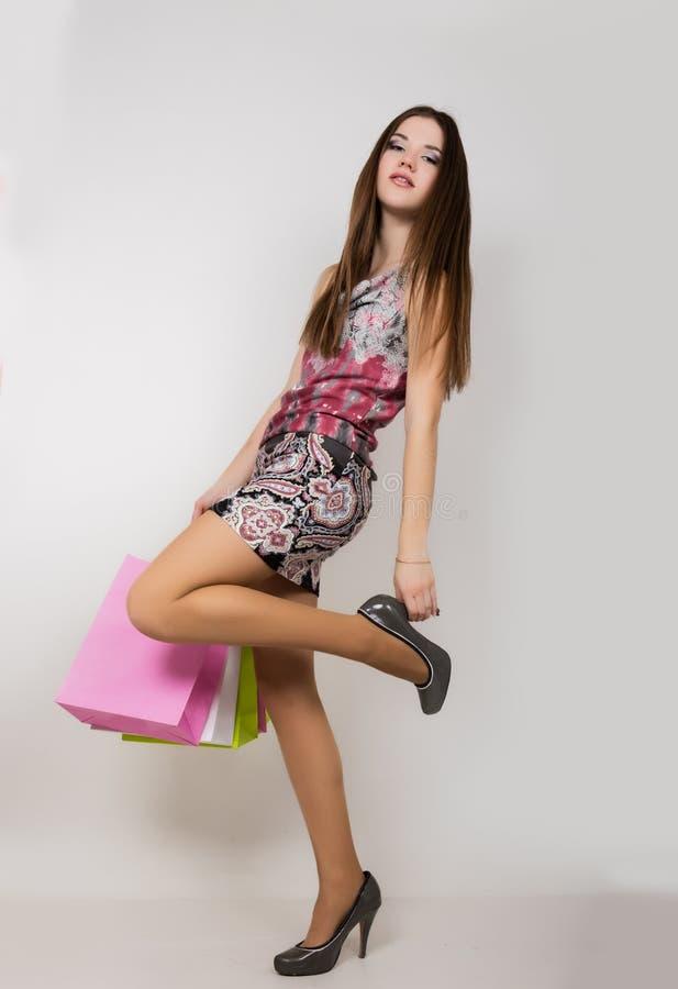 Jeune femme heureuse posant avec des paniers photographie stock libre de droits