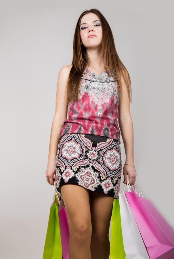 Jeune femme heureuse posant avec des paniers image stock