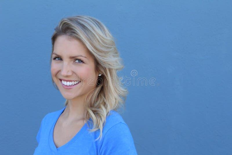 Jeune femme heureuse regardant l'appareil-photo avec le sourire image stock