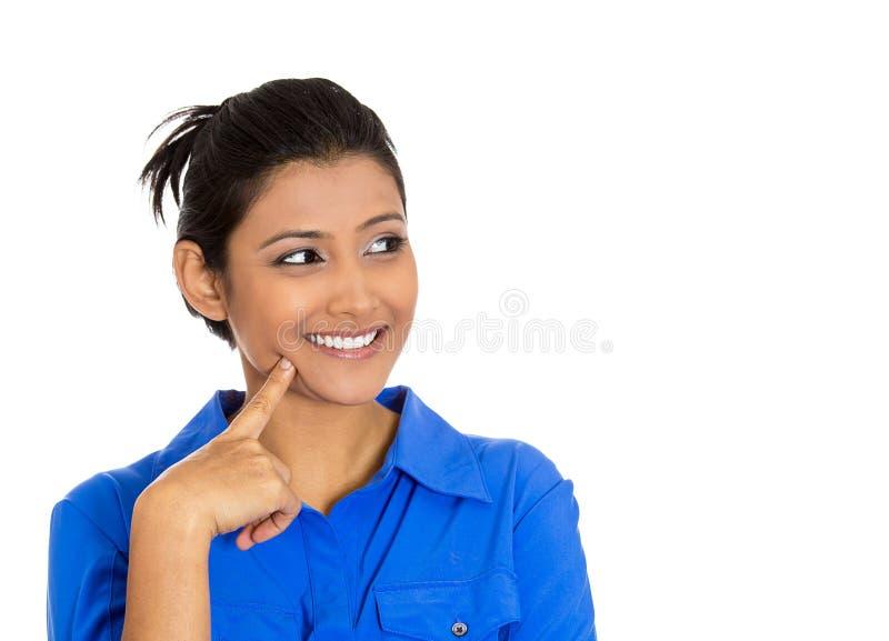 Jeune femme heureuse regardant vers le haut rêvassante image stock