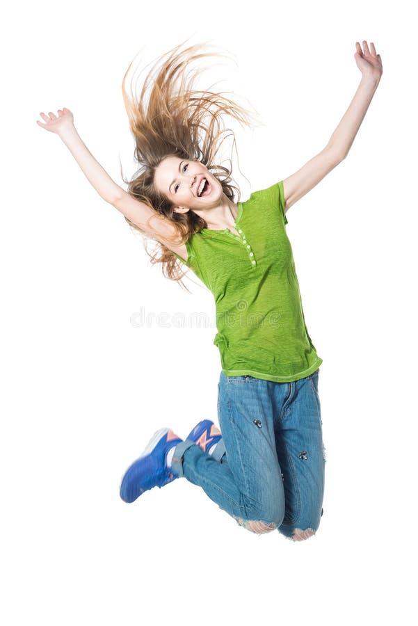 Jeune femme heureuse sautant dans le ciel sur le fond blanc image stock