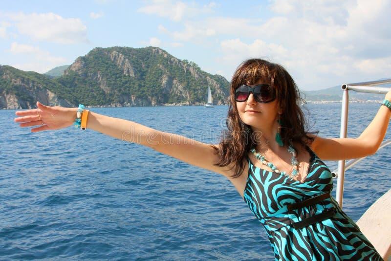 Jeune femme heureuse sur le yacht en mer photo libre de droits