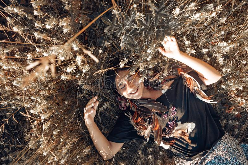 Jeune femme heureuse sur un champ Concept sain de style de vie image libre de droits