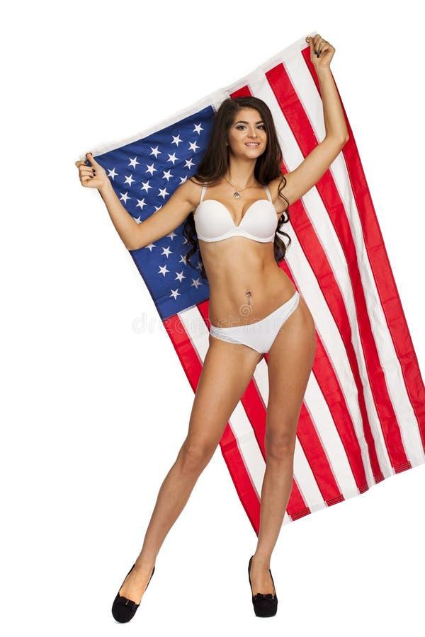 Jeune femme heureuse sur un fond du drapeau américain photos libres de droits