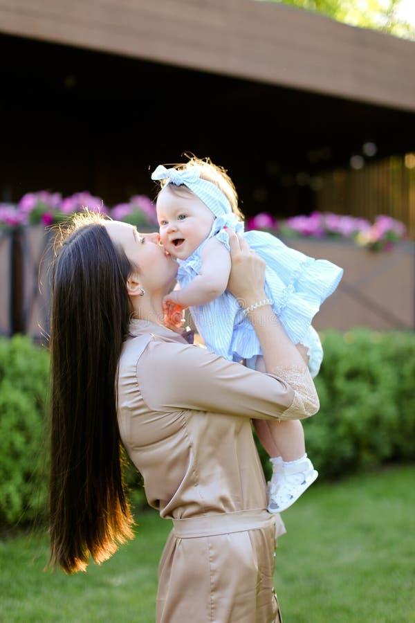 Jeune femme heureuse tenant et embrassant peu de fille photo libre de droits