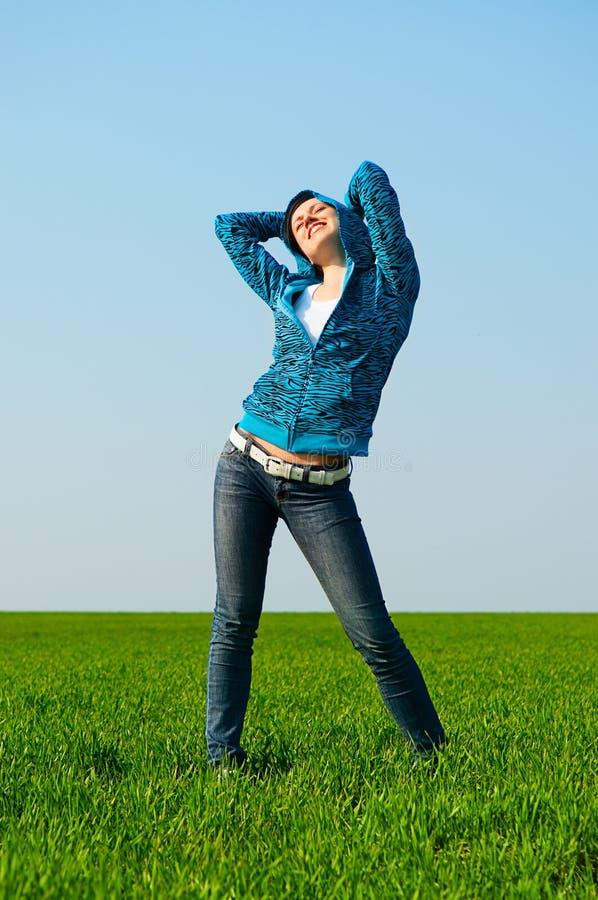 Jeune femme heureux au pré images stock