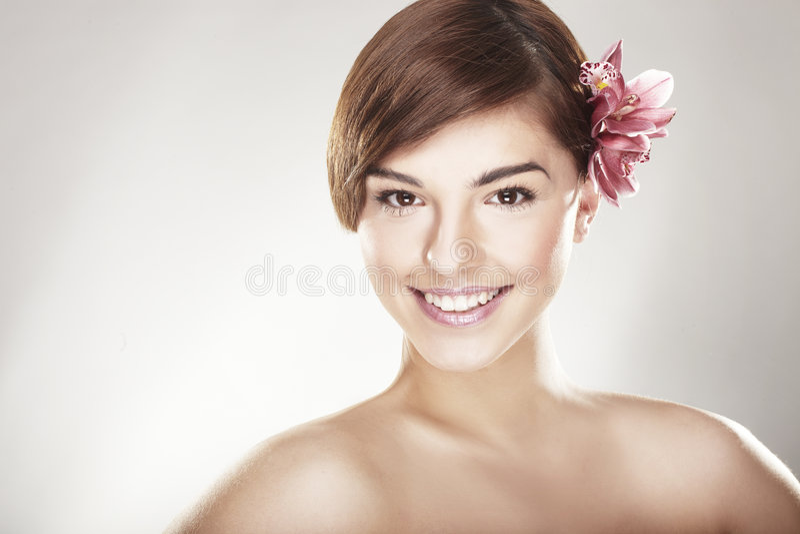 Jeune femme heureux avec l'orchidée photo libre de droits