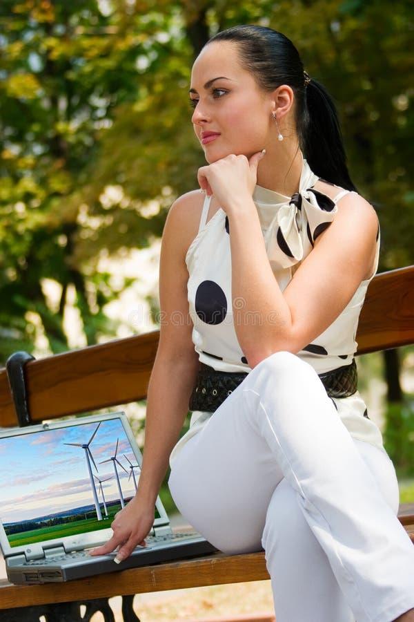 Jeune femme heureux avec l'ordinateur portatif images stock