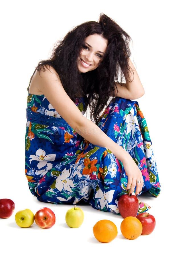 Jeune femme heureux avec les fruits frais images stock