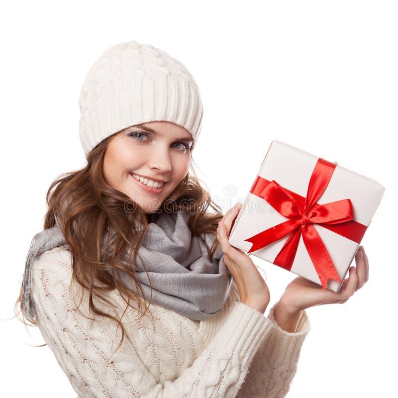 Jeune femme heureux avec un cadeau Noël D'isolement photo libre de droits