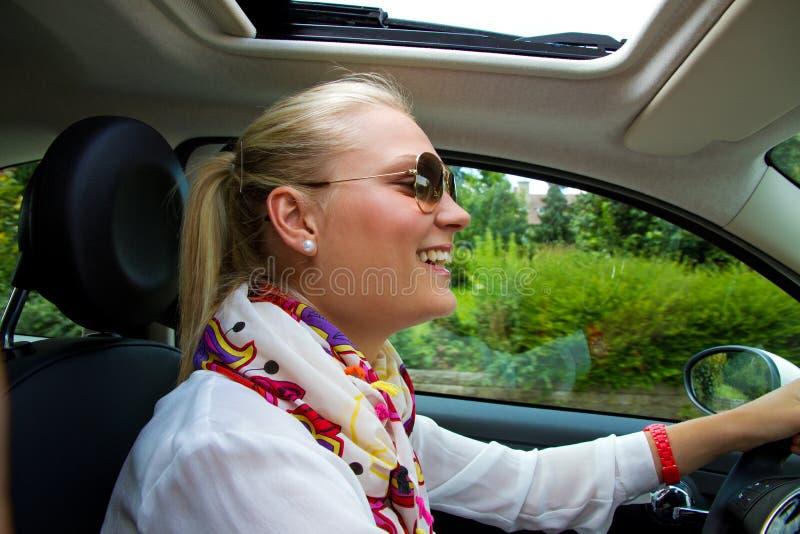 Jeune femme heureux dans son véhicule photo libre de droits